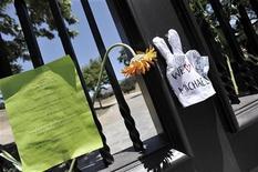"""<p>Копия знаменитой белой перчатки приколота на ворота поместья """"Неверленд"""" в Лос-Анджелесе 26 июня 2009 года. Брошенное Майклом Джексоном в 2005 году после унизительного суда по обвинению в растлении малолетних ранчо """"Неверленд"""" может стать одним из крупнейших памятников королю поп-музыки. REUTERS/Phil Klein</p>"""