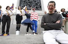 """<p>Foto de archivo del artista británico Anthony Gormley (sentado en la imagen) durante su proyecto """"One & Other"""" en la plaza Trafalgar, Londres, 15 mayo 2009. Una ama de casa de Sleaford en Lincolnshire será la primera de cientos de personas que se quedarán durante una hora al tope de un plinto en la plaza Trafalgar de Londres como parte de un ejercicio de 100 días de """"esculturas vivas"""". REUTERS/Andrew Winning</p>"""