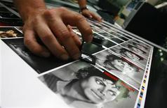 """<p>Un trabajador revisa las portadas recientemente impresas del disco 'The Essential' de Michael Jackson, en la fábrica austriaca 'ArtPress' en Hoefen, 3 jul 2009. Jackson, de 50 años, cuyo éxito de 1982 """"Thriller"""" es el álbum más vendido de todos los tiempos, murió repentinamente la semana pasada debido a un paro cardiaco antes de la que había sido anunciada como la serie de conciertos de regreso de un músico que tuvo una carrera de alto vuelo y que en los últimos años había decaído. REUTERS/ Dominic Ebenbichler</p>"""