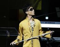 <p>El músico Prnce participa en las celebraciones del aniversario número 75 del teatro Apollo, en Nueva York, 8 jun 2009. El cantante de funk Prince regresará al escenario de Montreux para cerrar el famoso festival de jazz el 18 de julio, mientras se estima una rápida venta de las costosas entradas del espectáculo, señalaron el viernes los organizadores. REUTERS/Lucas Jackson</p>