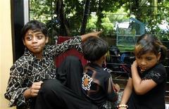 """<p>Azharuddin Ismail (a sinistra), che ha recitato nei panni di Salim da bambino nel film di Danny Boyle """"The Millionaire"""", nelal sua nuova casa a Mumbai. REUTERS/Punit Paranjpe</p>"""