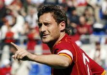 <p>Il capitano della Roma Francesco Totti sul campo da gioco. REUTERS/Giampiero Sposito</p>