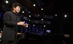 <p>Chinese pianist Lang Lang acknowledges the crowd before his show with pianist Herbie Hancock during the 43rd Montreux Jazz Festival in Montreux July 5, 2009. REUTERS/Valentin Flauraud</p>