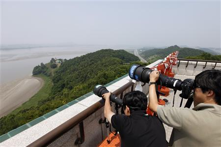 Photographers take pictures of North Korea's Kaepoong county at a South Korean observation post near the demilitarized zone separating the two Koreas in Paju, about 45 km (28 miles) north of Seoul, July 5, 2009. REUTERS/Lee Jae-Won