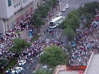 <p>Foto postada no site Twitter mostra milhares de manifestantes em ruas de Xinjiang na China, em confrontos que deixaram 156 mortos. REUTERS</p>