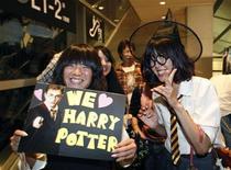 """<p>Поклонники Гарри Поттера на премьере фильма """"Гарри Поттер и принц-полукровка"""" в Токио 6 июля 2009 года. Британские кинокритики восторженно оценили картину """"Гарри Поттер и принц-полукровка"""" - шестой фильм саги о приключениях мальчика-волшебника. REUTERS/Kim Kyung-Hoon</p>"""