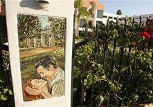 """<p>Мозаика, на которой запечатлен момент из фильма """"Унесенные ветром"""" в Энсино, Калифорния 30 октября 2007 года. Британская актриса театра и кино Вивьен Ли, исполнившая роль Скарлетт О'Хары в экранизации романа """"Унесенные ветром"""" скончалась 8 июля 1967 года. REUTERS/Fred Prouser</p>"""