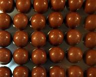<p>Шоколадные шарики на Второй шоколадной выставке в Барселоне 21 октября 2006 года. Американский рабочий погиб, упав в чан горячего шоколада на фабрике в Нью-Джерси, сообщил представитель местной прокуратуры. REUTERS/Albert Gea</p>