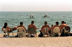 <p>Mare, sondaggio: da evitare costumi attillati e pipì in acqua. REUTERS PICTURE</p>