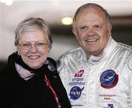<p>Foto de archivo del aventurero Steve Fossett y su esposa, Peggy, en el aeropuerto internacional Kent, Inglaterra, 11 feb 2006. Una repentina turbulencia probablemente causó que el aventurero Steve Fossett perdiera el control del pequeño avión que estaba pilotando y que se estrellara contra una montaña en California en el 2007, dijeron el jueves investigadores de seguridad estadounidenses. REUTERS/Mike Finn-Kelcey/Files</p>