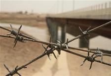 <p>Мост через реку Пяндж, разделяющую территории Афганистана и Таджикистана 31 мая 2008 года. Неизвестные вооруженный люди обстреляли пост милиции на востоке Таджикистана недалеко от границы с Афганистаном, сообщил Рейтер в четверг высокопоставленный представитель силовых органов республики. REUTERS/Maria Golovnina</p>