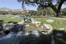 """<p>Бронзовые статуи на ранчо певца Майкла Джексона """"Неверленд"""" в Лос-Оливосе 3 июля 2009 года. Китайские девелоперы хотят увековечить память о скончавшемся недавно американском певце Майкле Джексоне, построив уменьшенную копию его ранчо """"Неверленд"""" на одном из островов недалеко от Шанхая, сообщила газета China Daily. REUTERS/Phil Klein</p>"""