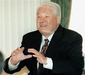 <p>Президент РФ Борис Ельцин общается с премьер-министром Израиля Эхудом Бараком 2 августа 1999 года. Борис Ельцин принес 10 июля 1991 года присягу в качестве первого президента Российской Федерации и ушел в отставку 31 декабря 1999 годаREUTERS/POOL</p>