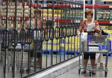 A woman shops at a Sam's Club store, a division of Wal-Mart Stores, in Bentonville, Arkansas June 4, 2009. REUTERS/Jessica Rinaldi
