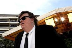 """<p>Imagen de archivo del director de cine estadounidense Michael Moore en el estreno mundial del filme """"Indiana Jones and the Kingdom of the Crystal Skull"""" en Cannes, Francia, 18 mayo 2008. El cineasta Michael Moore agregó algo de romanticismo a su nuevo documental, titulado """"Capitalism: A Love Story"""" (""""Capitalismo: Una historia de amor""""). Moore, quien disparó contra el Gobierno del ex presidente estadounidense George W. Bush en """"Fahrenheit 9/11"""" y la industria de salud con """"Sicko"""", se enfocará ahora en la crisis económica global con la nueva película, cuyo estreno está previsto para el 2 de octubre. REUTERS/Jean-Paul Pelissier/Archivo</p>"""