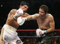 <p>Alfonso Gomez connects to the head of Arturo Gatti (L) during the fifth round of their welterweight bout in Atlantic City, New Jersey, July 14, 2007. REUTERS/Tim Shaffer</p>