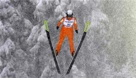 <p>Nata de Leeuw of Canada soars through the air during the women's HS 100 ski jumping competition at the Nordic World Championships in Liberec February 20, 2009. REUTERS/Leonhard Foeger</p>