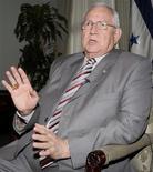 <p>Исполняющий обязанности президента Гондураса Роберто Мичелетти дает интервью Рейтер в президентском дворце в Тегусигальпе 12 июля 2009 года. Исполняющий обязанности президента Гондураса Роберто Мичилетти в воскресенье заявил, что свергнутому в результате переворота Мануэлю Селайе ни при каких обстоятельствах не удастся вернуться к власти, однако он может рассчитывать на амнистию, если приедет на родину, чтобы предстать перед судом. REUTERS/Henry Romero</p>