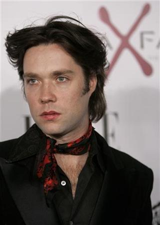 Singer Rufus Wainwright arrives at the premiere of the film ''The Aviator,'' in Hollywood, California December 1, 2004. REUTERS/Robert Galbraith