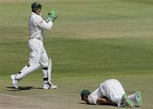 """<p>Игрок сборной ЮАР по крикету Эб де Вильерс (справа) лежит на земле получив удар мячом в матче против сборной Австралии 22 марта 2009 года. Случайно поранили палец? Ударились ногой? Поругайтесь немного - это облегчит боль. Исследователи из школы психологии Британского университета Keele обнаружили, что ругань может поспособствовать улучшению самочувствия, так как, возможно, она имеет """"эффект облегчения боли"""", согласно результатам исследования, опубликованного в журнале NeuroReport. REUTERS/Mike Hutchings</p>"""