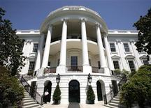"""<p>Вид """"Белого Дома""""перед визитом британской королевы. 6.05.2007. Адлай Стивенсон - дважды кандидат в президенты США от Демократической партии, проигравший по итогам голосования Дуайту Эйзенхауэру в 1952 и 1956 годах. Скончался 14 июля 1965 года. REUTERS/Yuri Gripas (UNITED STATES)</p>"""