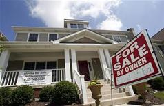 <p>A home sits for sale in Geneva, Illinois June 23, 2009. REUTERS/Jeff Haynes</p>