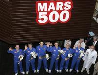 <p>Voluntários posam para fotos após simulação de missão para Marte. REUTERS/Alexander Natruskin</p>