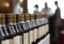 <p>Bottiglie di Armagnac a Vinexpo, la più grande fiera vinicola del mondo, che si tiene a Bordeaux. REUTERS/Regis Duvignau (FRANCE)</p>