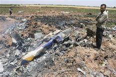 <p>Мужчина стоит на месте крушения самолета Ту-154 у города Казвин 15 июля 2009 года. Все 168 человек, находившиеся на борту разбившегося в Иране пассажирского самолета Ту-154, погибли, сообщили иранские СМИ. REUTERS/ISNA Stringer</p>