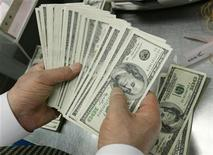 <p>Сотрудник персчитывает пачку 100-долларовых купюр в хранилище банка в Сеуле 24 февраля 2009 года. Правоохранительные органы РФ подозревают сотрудницу Агентства по страхованию вкладов (АСВ) в получении взятки, однако АСВ заявляет о ее невиновности и приводит свой вариант развития событий. REUTERS/Jo Yong-Hak</p>
