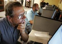 <p>Un disoccupato statunitense cerca impieghi su un computer presso l'ufficio della Workforce Alliance a West Palm Beach, in Florida.REUTERS/Joe Skipper</p>