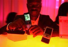 <p>Sony Ericsson C903 Cyber-shot é exibido em feira de telecomunicações em Barcelona. A fabricante de celulares está se preparando para um segundo semestre difícil em 2009, depois de perder mercado no segundo trimestre porque seus produtos de preços médio estão se tornando menos atraentes para uma base de consumidores em declínio.</p>