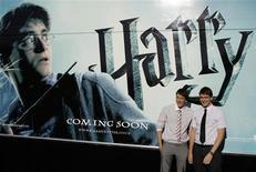 """<p>Atores James e Oliver Phelps na estreia de """"Harry Potter e o Enigma do Príncipe"""" em Madri. 12/07/2009. REUTERS/Juan Medina</p>"""