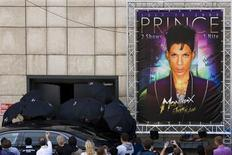 <p>Singer Prince hidden under umbrellas leaves the Auditorium Stravinski after the sound check before his sold out show at the 43rd Montreux Jazz Festival in Montreux July 18, 2009. REUTERS/Valentin Flauraud</p>