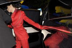 <p>Los fans de Prince de toda Europa se reunieron en Montreux para disfrutar de dos espectáculos ofrecidos por el músico estadounidense, cuyas rara aparición en el continente se extendió hasta bien entrada la mañana del domingo. En la imagen, Prince regresa a su hotel tras tocar en el primero de sus dos conciertos en Montreux el 18 de julio de 2009. REUTERS/Laurent Gillieron/Pool</p>