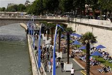 "<p>People enjoy the sun as ""Paris Plages"" (Paris Beaches) opens along banks of the River Seine in Paris July 20, 2009. REUTERS/Benoit Tessier</p>"