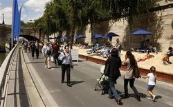 <p>Жители Парижа гуляют по искусственному пляжу на набережной Сены 20 июля 2009 года. В Париже на берегах Сены в понедельник открылись антикризисные пляжи, которые предлагают недорогой отдых горожанам, значительно пострадавшим от спада в экономике. REUTERS/Benoit Tessier</p>