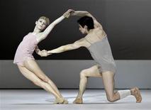 <p>Sarah Lamb e Federico Bonelli do Royal Ballet britânico em apresentação em Havana. 14/07/2009. REUTERS/Enrique De La Osa</p>