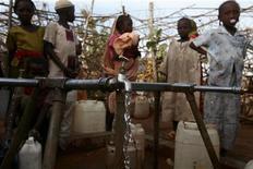<p>أطفال مشردون ينتظرون الحصول على المياه بمعسكر في جنوب دارفور يوم 18 مارس اذار. تصوير: زهرة بن سمرة - رويترز</p>
