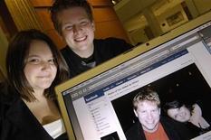 <p>Due studenti universitari americani mostrano una loro foto che hanno messo su Facebook. REUTERS/Jonathan Ernst</p>