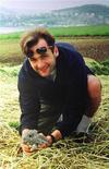 <p>Украинский репортер Георгий Гонгадзе держит в руках кролика. Спецслужбы Украины задержали бывшего генерала МВД Алексея Пукача, одного из основных подозреваемых по громкому делу об убийстве в 2000 году журналиста Георгия Гонгадзе, сообщили во вторник украинские чиновники. REUTERS/Ho New</p>