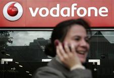 <p>Vodafone confirme sa prévision sur l'exercice après avoir enregistré un chiffre d'affaires organique en légère baisse mais conforme aux attentes lors de son premier trimestre décalé, à fin juin. /Photo d'archives/REUTERS/Luke MacGregor</p>