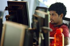 <p>Un ragazzo lavora al computer. REUTERS/Punit Paranjpe</p>