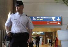 """<p>Полицейский стоит в аэропорту имени Шарля де Голля (""""Руасси"""") 1 июня 2009 года. Работники компании, занимающейся воздушными грузоперевозками, в течение ночи удерживали своего менеджера в парижском аэропорту """"Руасси"""", требуя компенсации за увольнение, сообщили в пятницу французские СМИ. REUTERS/Gonzalo Fuentes</p>"""