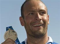<p>Valerio Cleri mostra la medaglia d'oro vinta oggi. REUTERS/Wolfgang Rattay (ITALY SPORT SWIMMING)</p>