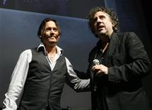 """<p>Johnny Depp e Tim Burton em um debate sobre """"Alice no País das Maravilhas"""" em San Diego. 23/07/2009. REUTERS/Mario Anzuoni</p>"""
