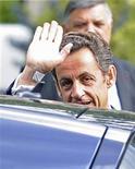 <p>Президент Франции Николя Саркози машет рукой, покидая военную больницу Валь-де-Грейс в Париже 27 июля 2009 года. Президенту Франции Николя Саркози придется несколько дней отдохнуть от своих обязанностей после приступа головокружения, возникшего во время пробежки из-за больших объемов работы, сообщил президентский офис в понедельник. REUTERS/Gonzalo Fuentes</p>