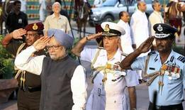 <p>Премьер-министр Индии Манмохан Сингх(второй слева) стоит рядом с адмиралом Суришем Мехта (в центре) и офицерами ВВС во время праздника в Нью-Дели 26 июля 2009 года. Индия в воскресенье спустила на воду первую ядерную подводную лодку отечественного производства, способную производить запуски баллистических ракет, сообщили представители индийского Минобороны. REUTERS/Government of India Photo Division/Handout</p>