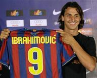 <p>Atacante sueco Zlatan Ibrahimovic posa com a camisa 9 do Barcelona, seu novo clube 27/07/2009 REUTERS/Gustau Nacarino</p>