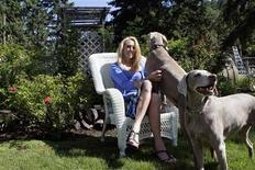 <p>Former U.S. Olympic track star Mary Slaney plays with her dogs at her home in Eugene, Oregon in this June 26, 2009 file photo. REUTERS/Richard Clement/Files</p>